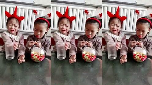 搞笑熊孩子:有人没糖了就哭,我给补上了另一个又哭了,我该怎么办