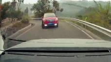 两车弯道处迎面相撞 致两车不同程度受损