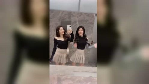 两个胖嘟嘟的小姐姐一起玩自拍跳舞的样子好美