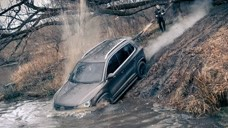 【视频】大众途观挑战丰田兰德酷路泽,一起涉水过河道,到对岸时才知道什么是尴尬