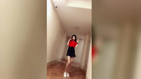爱跳舞的女友一双大长腿扭来扭曲的真美