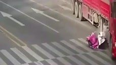 姐妹俩当街被卷入大货车底,监控拍下揪心过程!