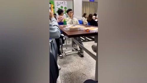 沙雕同学让班级更欢乐,哈哈哈哈真是学校的快