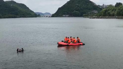 貴州安順墜湖公交車事故:救援隊員稱現場找到駕駛員
