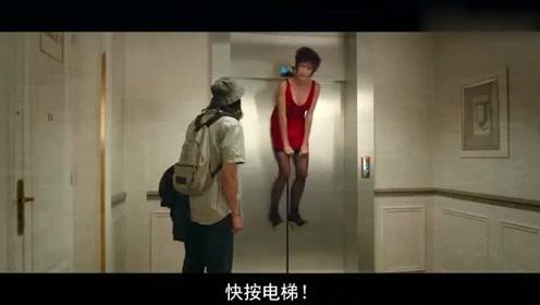美女的衣服,不小心被电梯卡住,太搞笑了,别在喝水的时候看!