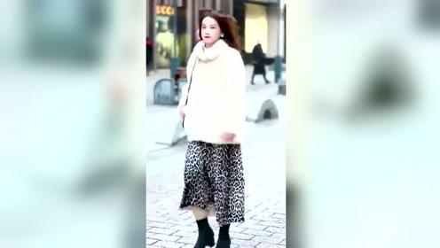 偶遇小姐姐,豹纹裙子是亮点,最后的动作感觉自己恋爱了!