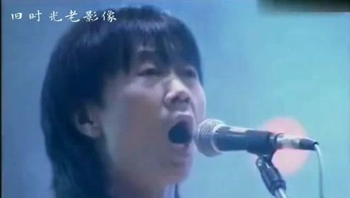 他是中国摇滚乐的开山教父,就是黄家驹见到,也要尊称一声前辈