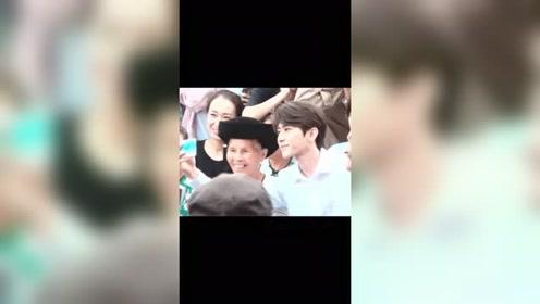 蔡徐坤七夕和老人自拍,这么温柔有教养的帅哥