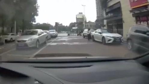 这种车祸谁来负责,视频车当场懵了!隔着屏幕都感觉到痛
