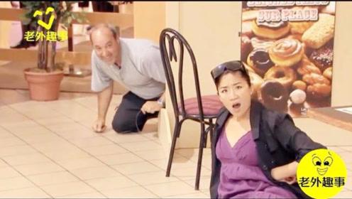 国外咖啡厅爆笑恶搞:这回美女又假装盲人,结果摔到屁股痛!