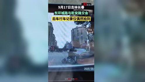 网友:因为着急上班,没停车,现在希望奥迪车主看到这个视频,帮助解决纠纷。