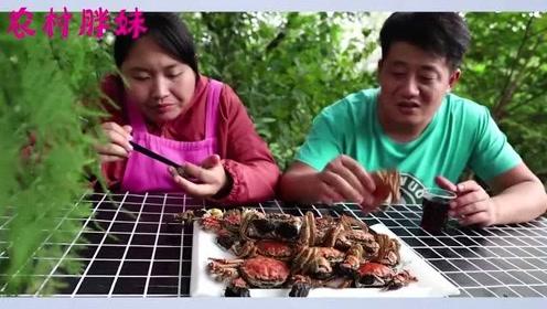 胖妹请老公吃螃蟹,一锅蒸10个,大洋吃完要零花钱再买10只过嘴瘾