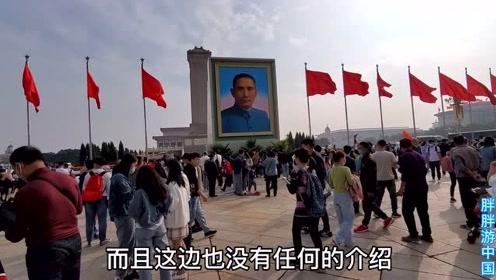 国庆期间,天安门广场突然出现一个画像和毛主席对视,是谁的?