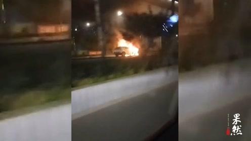 果然视频 突发!工业北高架桥下车辆起火,人员未受伤车几乎报废
