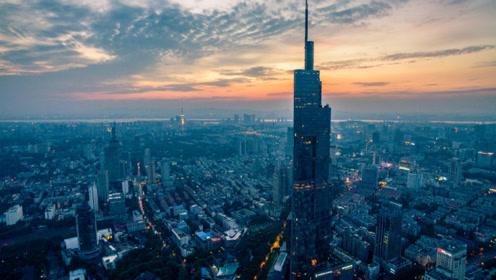 实拍南京第一高楼紫峰大厦,全国没几个城市有这么牛,太震撼了