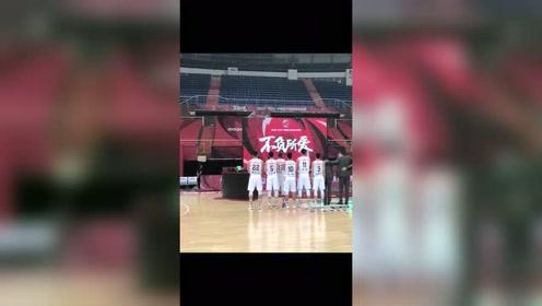 十冠王!广东全体球员一起注视冠军旗帜缓缓升起