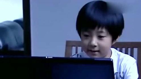 小屁孩和网友开心地聊天,谁料网友给他发了一个视频,下一秒小孩崩溃了!