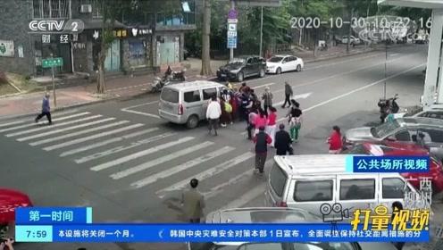 仅用10秒!柳州一老人被撞卷入车底,众人紧急抬车救人