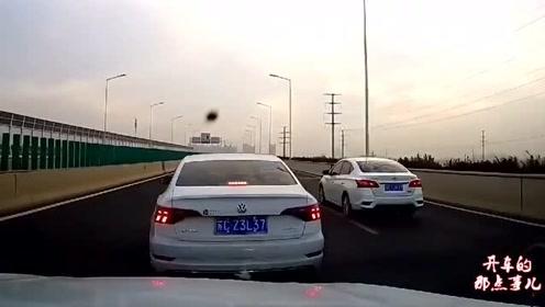厢货师傅路怒症发作高速恶意别车,视频车女司机怒了,后果很严重