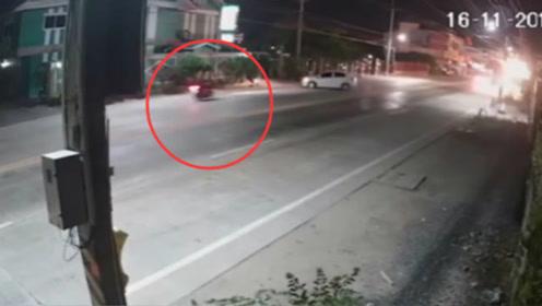 刹不住的摩托车,这车祸谁来负责!看完视频让人害怕