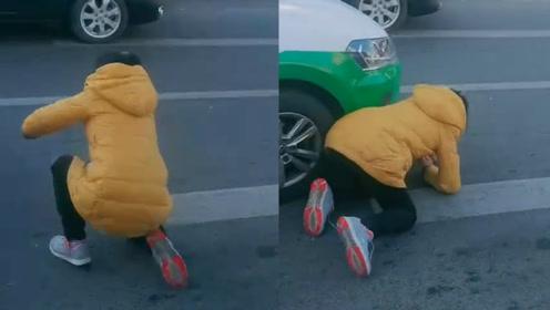 长春一女子在众人围观下碰瓷多车,现场路人拍下滑稽场面