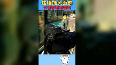 搞笑视频:因为在马路边摆了个摄像机,所有的车都一个个40码通过
