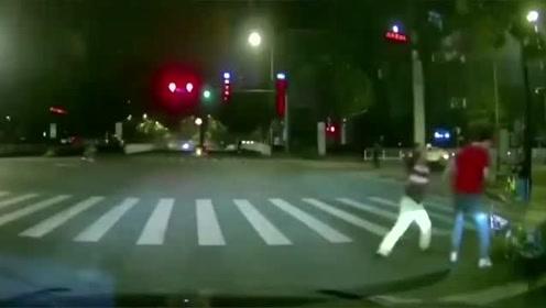 行车记录仪:路怒症!你见过这么路怒的吗?不是有视频,我还真不信敢这么玩