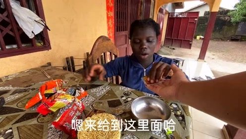 教非洲孩子炒方便面,在发达国家被理解成廉价美食,但是在非洲却是高端美食