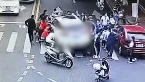 惊险!女学生骑自行车被撞腿被压小车车底,路过市民合力抬车救人