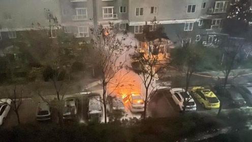 冷雨夜中咸阳一小区车辆突然起火 殃及旁边两车