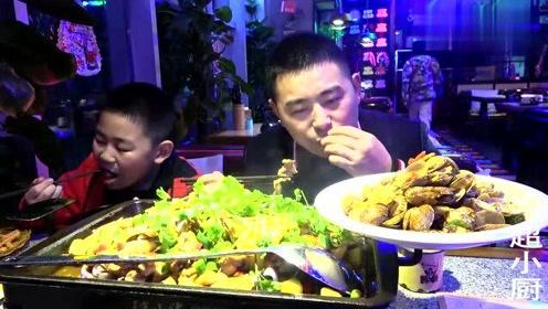 超小厨带家人吃碳烤牛蛙,花蛤糍粑配一锅牛蛙,今天吃顿好的