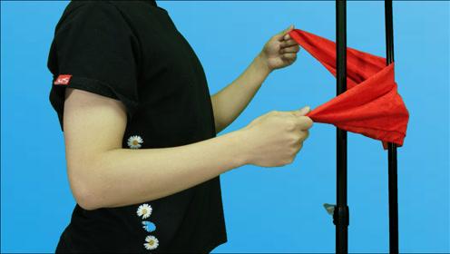 热门魔术视频!丝巾瞬间穿铁棍,慢放10倍,曾经骗过上万人