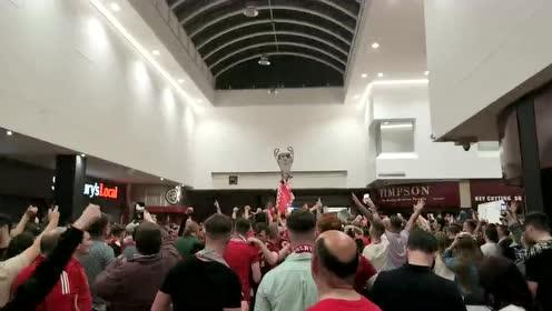 【直击】彻底沸腾!利物浦球迷酒吧街道球迷忘我庆祝