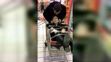 陪老婆逛超市却舍不得花一分钱?这男人要来何