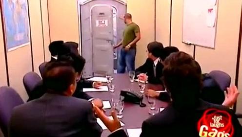 搞笑爆笑视频:国外恶搞整人,路人上了个厕所