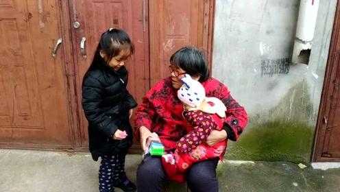 宝宝买了橡皮泥,奶奶居然让弟弟拿着,奶奶给宝宝说了什么?