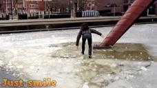 一脚踏进寒冰的小哥哥,看着就很冷啊!小姐姐