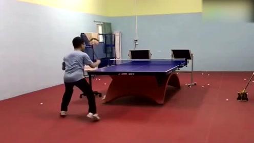 一个人也能练乒乓球了,这款练球神器真是绝了
