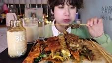 小姐姐吃烤串和各种口味的珍珠奶茶,三十多块钱,真的很便宜呀
