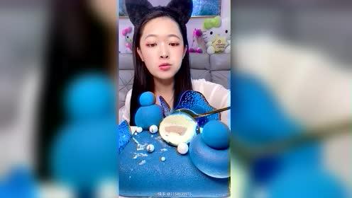 #我要上热门 #甜品 #我是吃货 #吃播 #感谢快手我要上热门  沉浸在蓝色的世界 宝宝们,当你们看到这个视频的时候,播放量是多