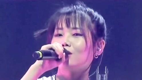 漂亮小姐姐,舞台上演唱《遥不可及的你》,声