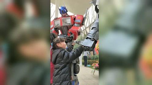 可爱的小朋友特别喜欢机器人
