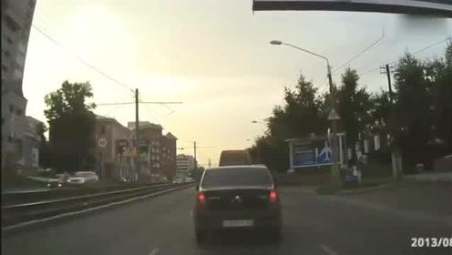 搞笑车祸视频集锦,有些司机是想上天了,特别是第三个