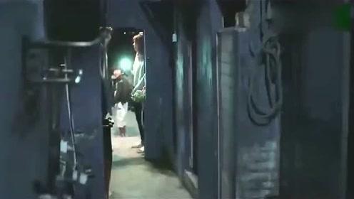 美女半夜上公共厕所害怕,撒娇让小伙子陪着,还要他在门口唱歌