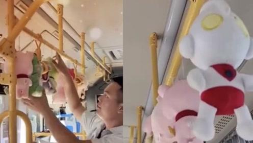 太可爱了吧!长沙一公交车挂满玩偶给乘客解压