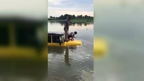 车都被淹了,还有空站在车上拍视频,这些人到底心多大!