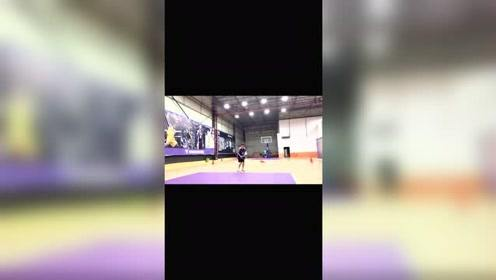 有哪个人可以解释一下这种跳投到底叫什么,脚步跟其它跳投都不一样