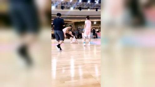 篮球女神现身厦门,场边看他们演戏,多么可爱的女孩啊!