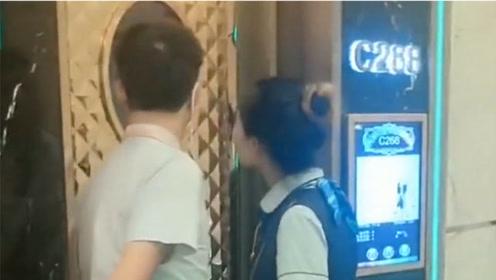 当KTV大神疯狂飙歌时!门外服务员也来偷看,网友:太强了!