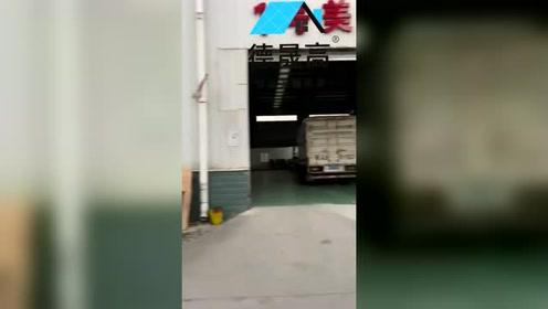 德晟高美缝剂行业十大品牌发货视频,每天一车又一车,感谢代理商信任!